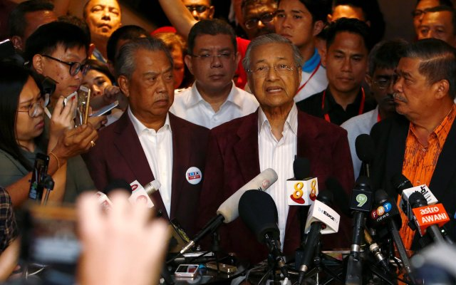 Pakatan Harapan's Mahathir Mohamad (R) addresses a press conference after the general election, in Petaling Jaya, Malaysia, on May 9, 2018.